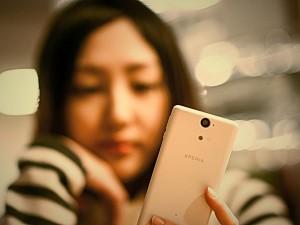 girl_using_phone
